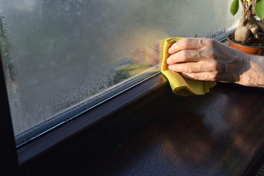 Skraplająca się woda na oknie wilgoć